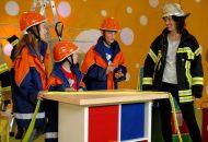 Tina und ihre kleinen Studiogäste lernen heute von einer Feuerwehrfrau alles was es über die Feuerwehr und Verhalten im Notfall zu wissen gibt.