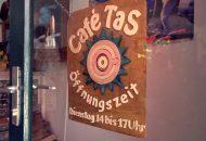 Öffnungszeit Cafe Tas - Herzlich Willkommens-Schild