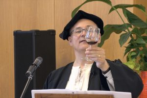 Rainer Köpf bei der Luther Weinprobe mit einem Glas Wein
