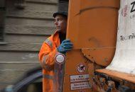Müllmann Tobias Krieg bei seiner Arbeit am Müllauto