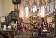 Kindergruppe singt im Gottesdienst in Tübingen Weilheim