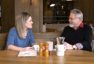 Moderatorin Juliane Eva Eberwein spricht mit Ex-Alkoholiker Viktor Bayer.