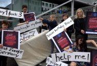 Aktivistinnnen stehen mit Schildern auf der Königsstraße