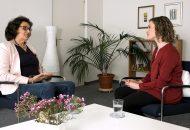 Therapeutin Cornelia Kohler spricht mit Moderatorin Juliane Eva Eberwein über den Umgang mit einer Krise