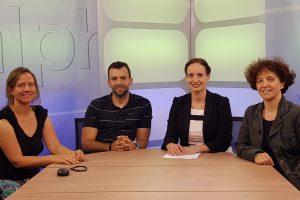 Bild zeigt Moderatorin Heidrun Lieb mit ihren Gästen an einem Tisch während der Sendung Alpha & Omega