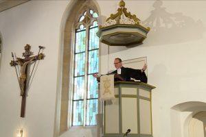 Das Bild zeigt den Pfarrer auf der Kanzel während der Predigt im Gottesdienst in Walddorfhäslach