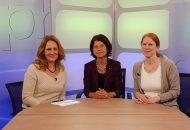 Das Bild zeigt drei Frauen an einem Tisch sitzend