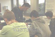 Das Bild zeigt Schüler in der Schule beim Unterricht.