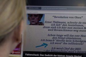 Fake News: Bild zeigt einen Computer-Bildschirm, auf dem Angela Merkel und Schlagzeilen zu sehen sind.