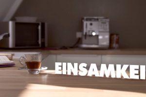Wege aus der Einsamkeit: Bild zeigt eine leere Küche mit dem Schriftzug Einsamkeit auf der Arbeitsfläche