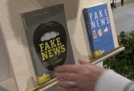 """Fake News: Bild zeigt ein Buch mit der Aufschrift """"Fake News"""""""