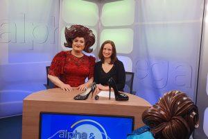 Fräulein Wommy Wonder: Bild zeigt Wommy Wonder mit der Moderatorin Heidrun lieb an einem Tisch