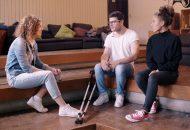 Mobbing ist Schulalltag: Bild zeigt zwei Frauen und einen Mann im Gespräch