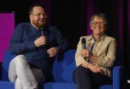 Kirchenwahl 2019: Bild zeigt Tobias Wörner und Erika Schlatter-Ernst im Talk auf einem blauen Sofa.