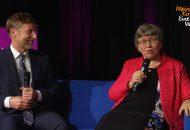 Kirchenwahl 2019: Bild zeigt Inge Schneider und Johannes Eißler im Talk auf einem blauen Sofa.