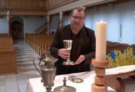 Pfarrer Matthias Hanßmann erklärt das Abendmahl