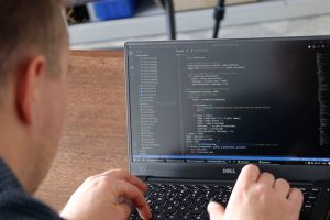 Künstliche Intelligenz: Bild zeigt eine Laptop mit binärem Code