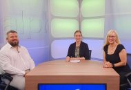 Leben mit einem behinderten Kind: Bild zeigt die Moderatorin der Sendung mit ihren beiden Gästen