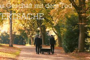 Bild zeigt drei Bestatter auf einem Waldweg.